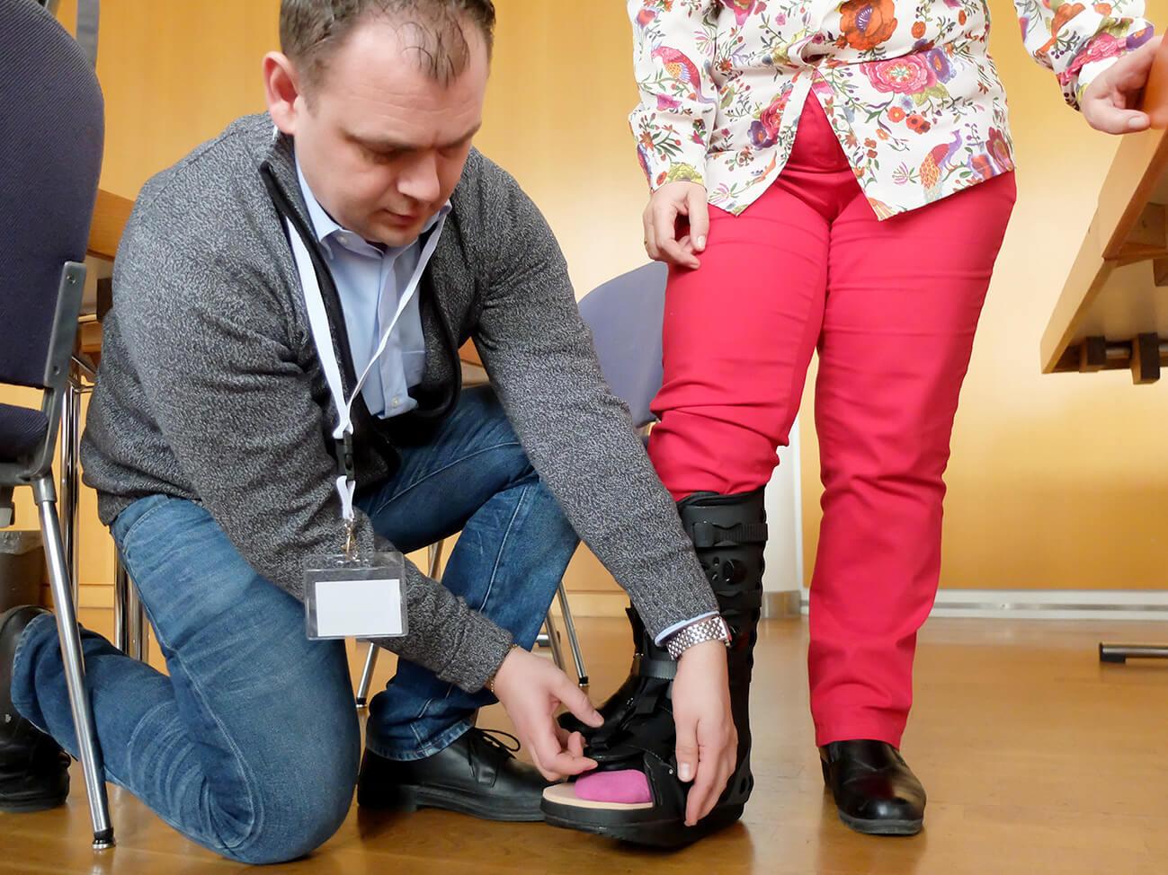 """Im Workshop """"Orthesen"""", erklärt Orthopädieschuhtechnikermeister Andreas Urich, die Vor- und Nachteile verschiedener Orthesen-Modelle."""